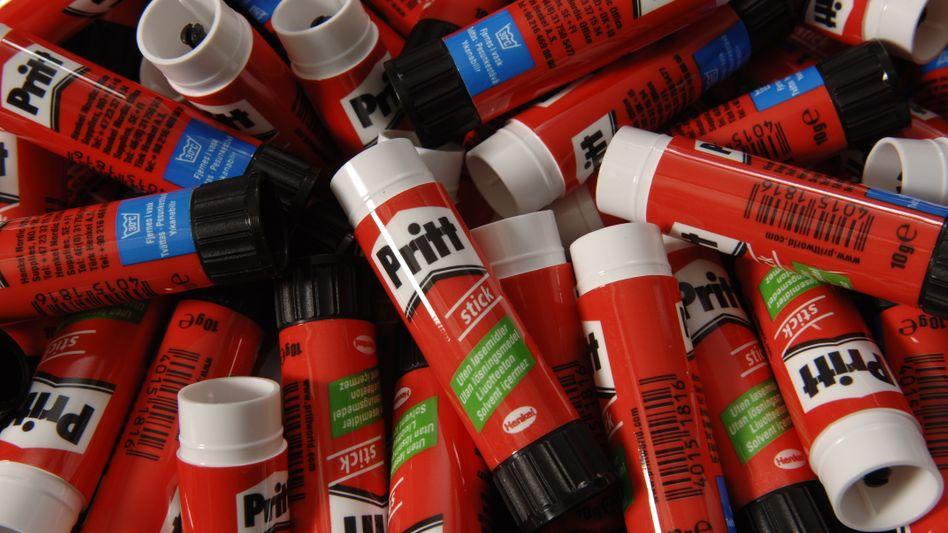 Nein, Pritt-Stifte verarbeitet die Autoindustrie nicht, sie benötigt aber andere Klebstoffe von Henkel, mit denen der Konsumgüterriese die Hälfte seiner Umsätze einfährt. Geht es der Autoindustrie schlechter, spürt das auch Henkel.
