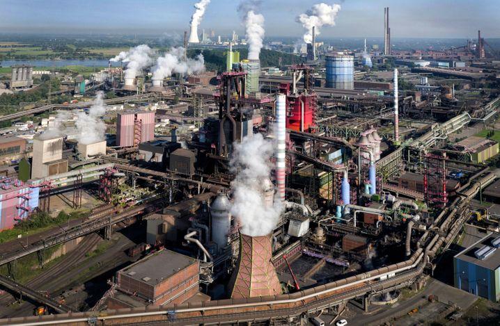 Thyssenkrupp in Duisburg: Zwei Drittel des Jobabbaus sollen auf Deutschland entfallen.