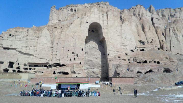 Vor 14 Jahren wurden im zentralafghanischen Bamian zwei jahrhundertealte Buddhastatuen von radikalen Islamisten gesprengt. An der leeren Felsnische gab es 2011 zum 10. Jahrestag der Zerstörung eine Gedenkfeier.