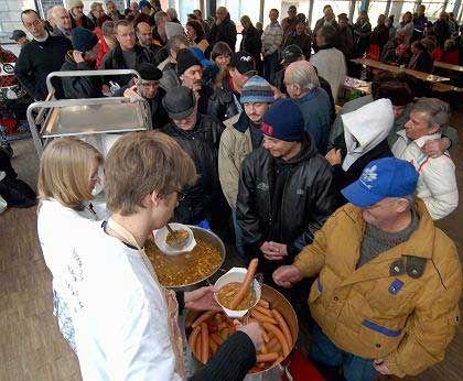 Anstehen für Suppe: Wer sich in jungen Jahren das Sparen nicht leisten kann, wird im Alter zwangsläufig zum Sozialfall