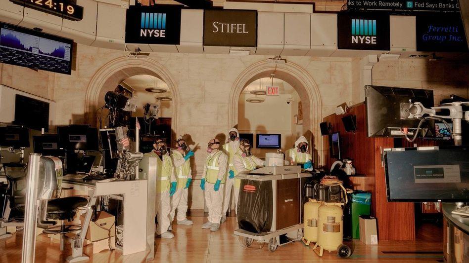 GLATTES PARKETT Wenn es so einfach wäre: Reinigungskräfte desinfizieren die US-Börse NYSE