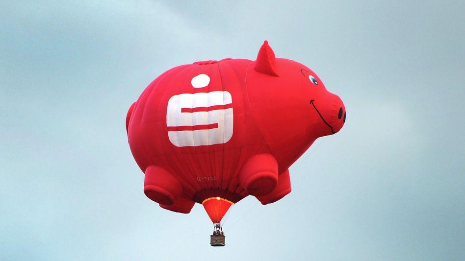 Keine Luftnummer: Die Sparkassen wollen wegen der Niedrigzinsen ordentlich an der Kostenschraube drehen