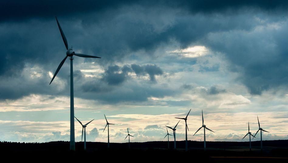 Windräder im Sturm: Der Strom muss abgeregelt werden, dabei könnte er vielfach vor Ort verwendet werden