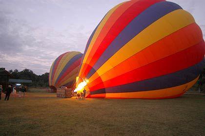Startvorbereitung: Am frühen Morgen werden die Ballons mit heißer Luft befüllt