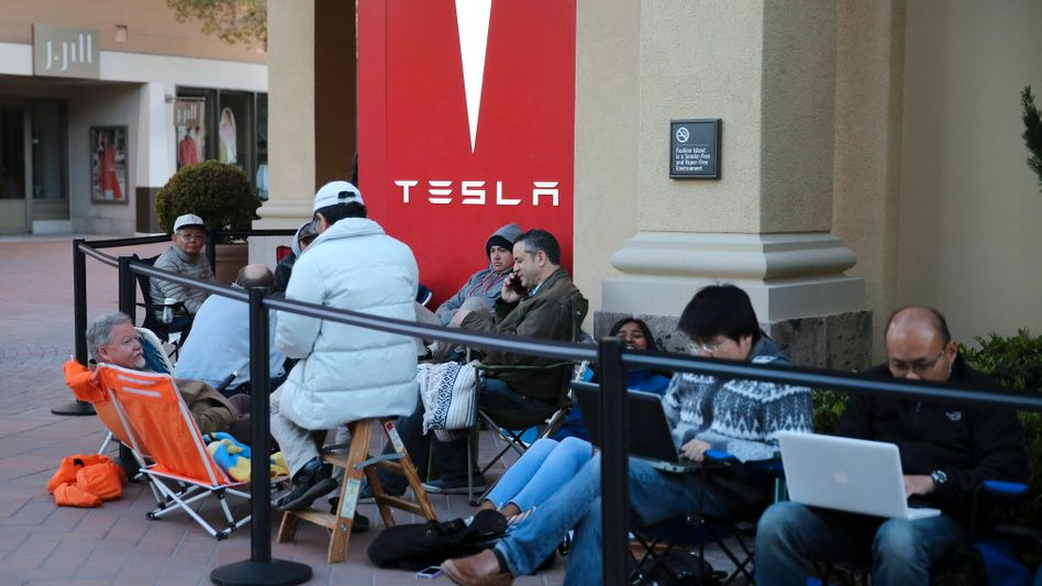 Warten, warten, Warten: Tesla-Fans müssen viel Geduld mitbringen. Durch die Produktionsprobleme verzögern sich die Auslieferungen teils erheblich