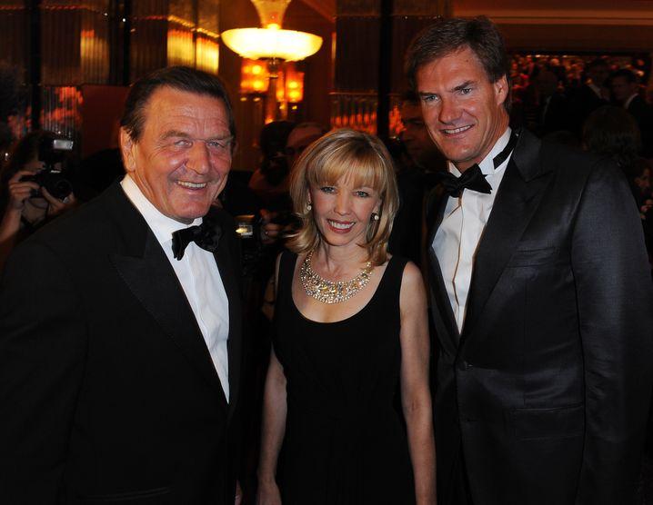 Freunde feiern gern zusammen: Bundeskanzler Gerhard Schröder im September 2009 mit Frau Doris und AWD-Gründer Carsten Maschmeyer beim Sommerball in der russischen Botschaft in Berlin
