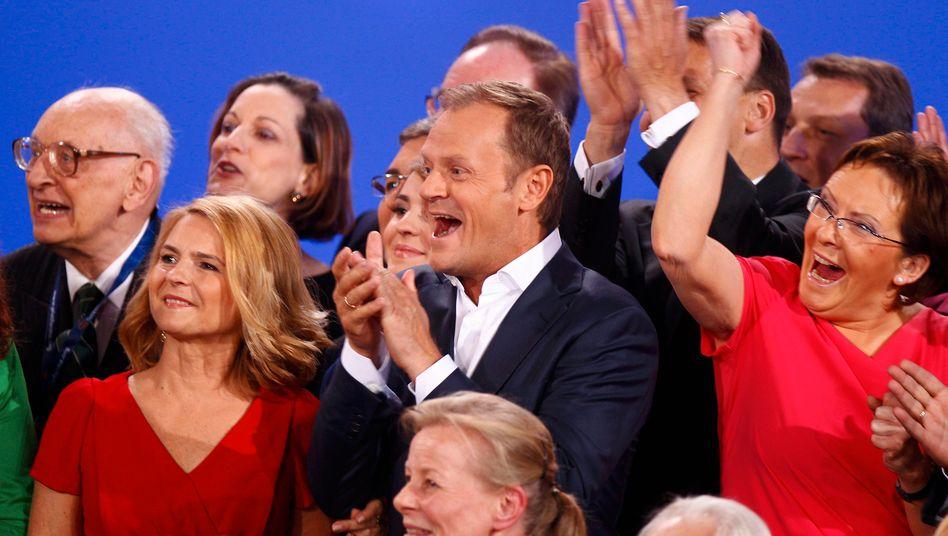 Jubel: Polens Ministerpräsident (Mitte) freut sich mit Parteifreunden über die ersten Hochrechnungen