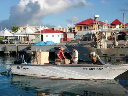 Typisch Gouadeloupe: Fischerboote wie dieses gibt es in den Dörfern an der Küste der östlichen Inselhälfte Grande-Terre oft zu sehen