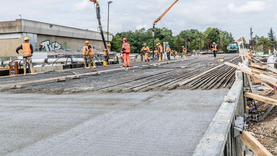 An der Baustelle für Bahntunnel Rastatt wird seit Donnerstag eine Betonplatte zur Stabilisierung des Tunnels gegossen.