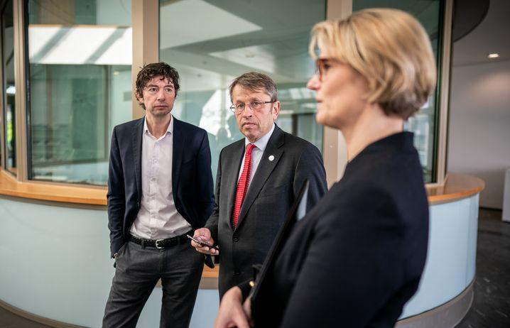 Stolz auf ihr 150-Millionen-Projekt: Star-Virologe Christian Drosten, Charité-Chef Heyo Kroemer und Forschungsministerin Anja Karliczek (von links)