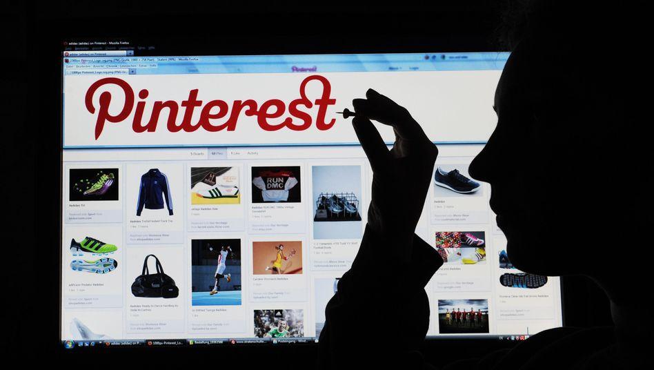 Moderne Pinnwand: Über Pinterest können Nutzer Fotos an eine Art digitale Pinnwand platzieren. Manch Online-Händler postet beispielsweise Produkte. Wenn ein Nutzer dann ein Foto anklickt, kann er direkt in den jeweilgen Online-Shop gelangen.