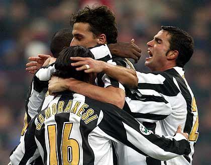 Juventus Turin, Platz 5 (2) mit 215 Millionen Euro Einnahmen: Juventus-Spieler Zlatan Ibrahimovic (Mitte) kann sich vor Zuspruch kaum retten