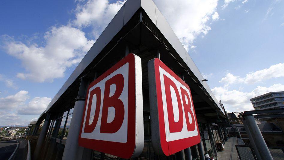 DB-Logo am Mainzer Bahnhof: Vorstandserneuerung der Netz-Sparte abgeschlossen