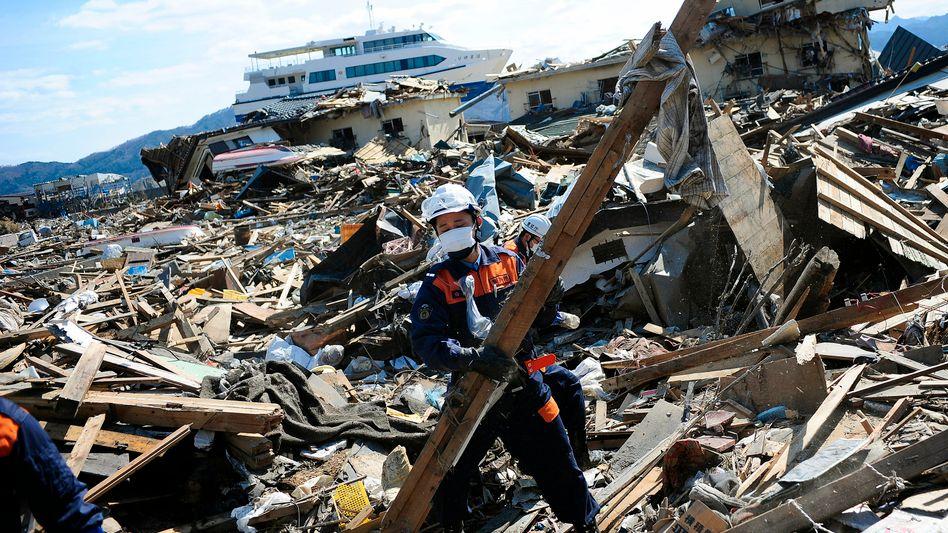 Aufräumarbeiten in Otsuchi: Die Naturkatastrophe hat die aufkeimende Zuversicht bei Nippons Unternehmen zerstört