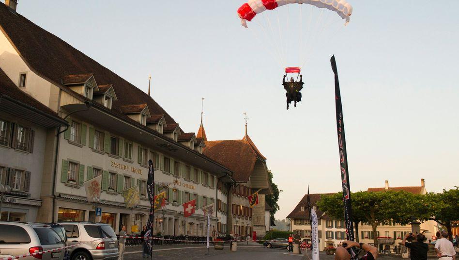 Extremsportler: Der Basejumper Remo Laeng sprang im Juni aus einem Heißluftballon und landete in Aarberg. Sein Sprung aus 8000 Metern Höhe in einem Wingsuit ohne Sauerstoffmaske markierte einen neuen Weltrekord.
