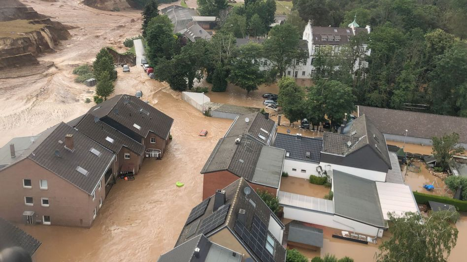 Wassermassen: Im nordrhein-westfälischen Erftstadt-Blessem ist die Lage dramatisch
