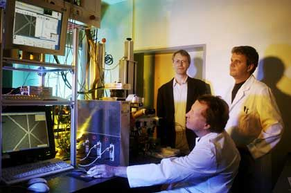 ... John McCaskill (sitzend), Professor an der Bochumer Ruhr-Uni, koordiniert die europäische Forschung zu programmierbaren Zellen, hier im Labor seines Teams