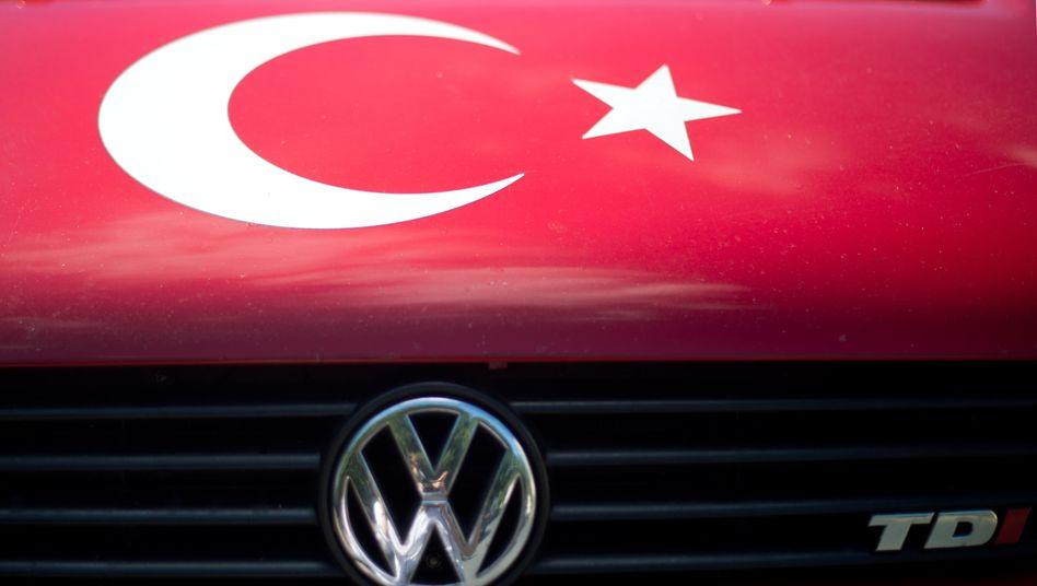 Symbolen der Türkei auf einem VW-Bus: Der Volkswagen-Konzern macht nun bei dem geplanten Werk in der Türkei einen Komplettrückzieher.