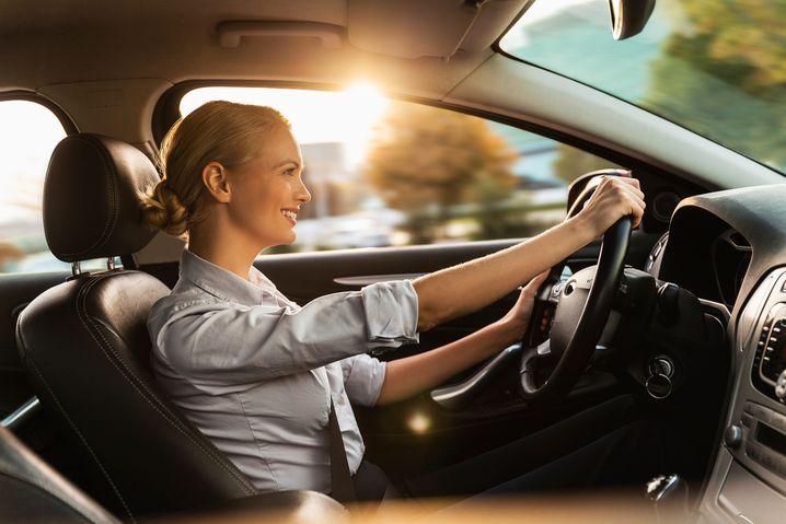 Seltenes Bild: Die Hände am Steuer haben Autofahrer heutzutage nur noch selten