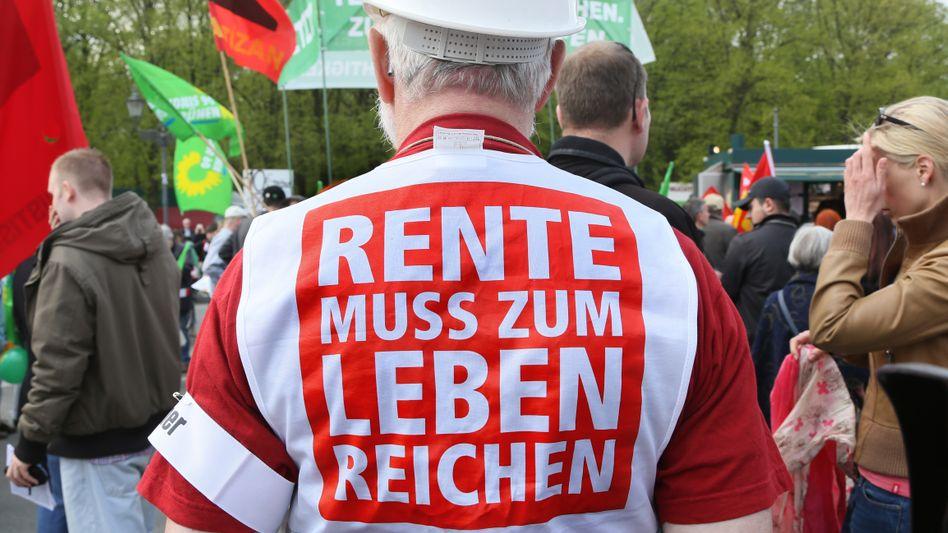 """""""Rente muss zum Leben reichen"""": Spät entdecken die Parteien im laufenden Bundestagswahlkampf das Thema Rente als Möglichkeit, Wähler noch auf ihre Seite zu ziehen"""