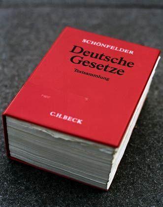 """Die Bibel der Juristen: Im """"Schönfelder"""" finden Paragrafenreiter ihr Handwerkszeug"""