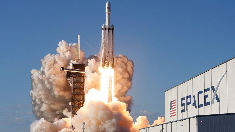 """Historischer Start: Die """"Falcon Heavy"""" trägt """"Arabsat 6a"""" ins All"""