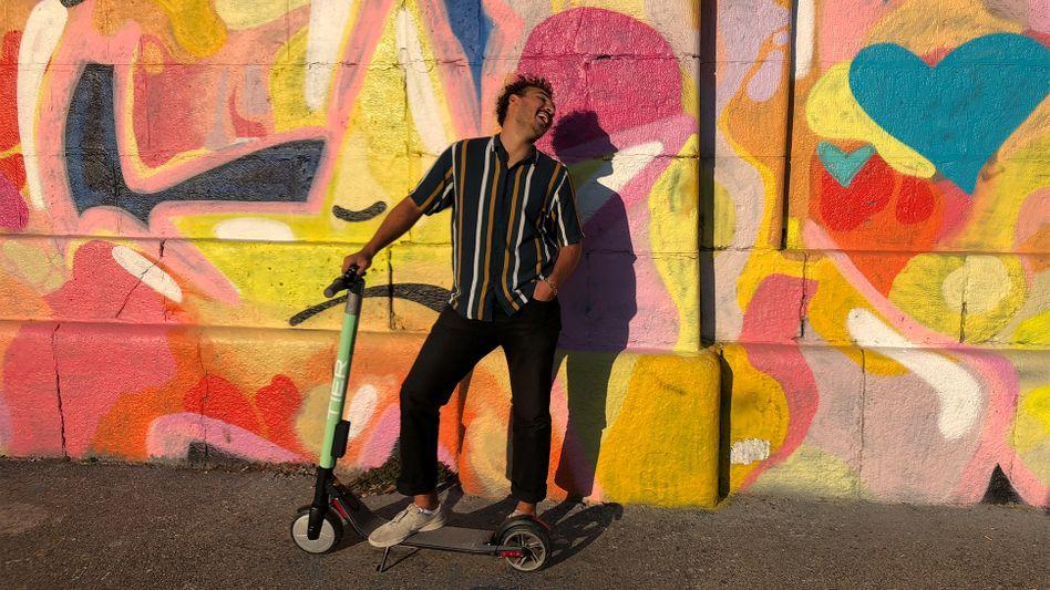 Ein gutgelaunter Scooter-Fahrer