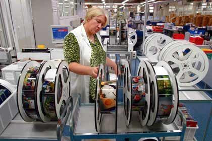 Geisel im Strategiestreit: Mitarbeiterin von Cewe Color in der Oldenburger Zentrale