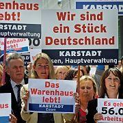 Bangen um ihre Jobs: Im Insolvenzfall zahlte der Bund für drei Monate die Löhne und Gehälter der Karstadt-Beschäfitgten