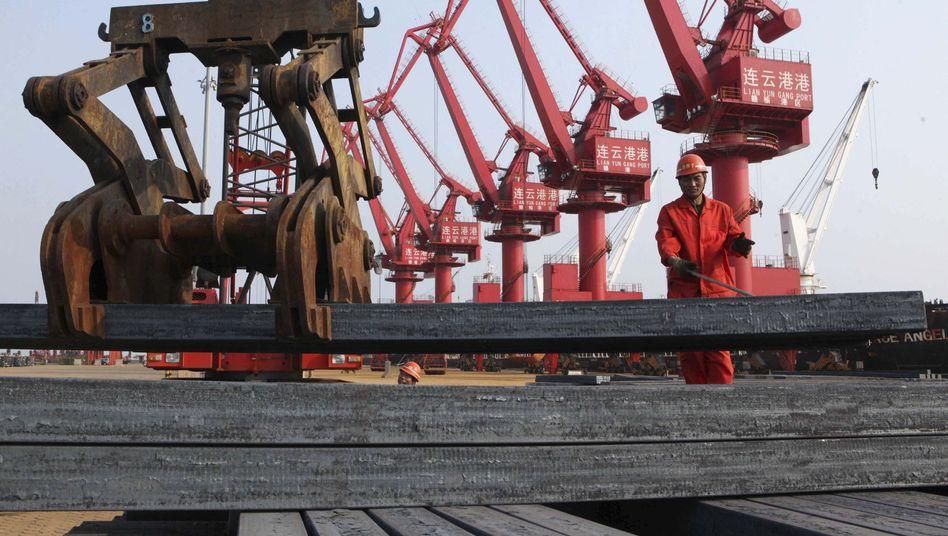 Stahl-Barren bereit zum Export: Billigstahl aus China drückt die Preise weltweit in den Keller. Die europäische Stahlindustrie, nach China zweigrößter Produzent weltweit, fürchtet um ihre Existenz, sollte China jetzt auch noch als Marktwirtschaft anerkannt werden