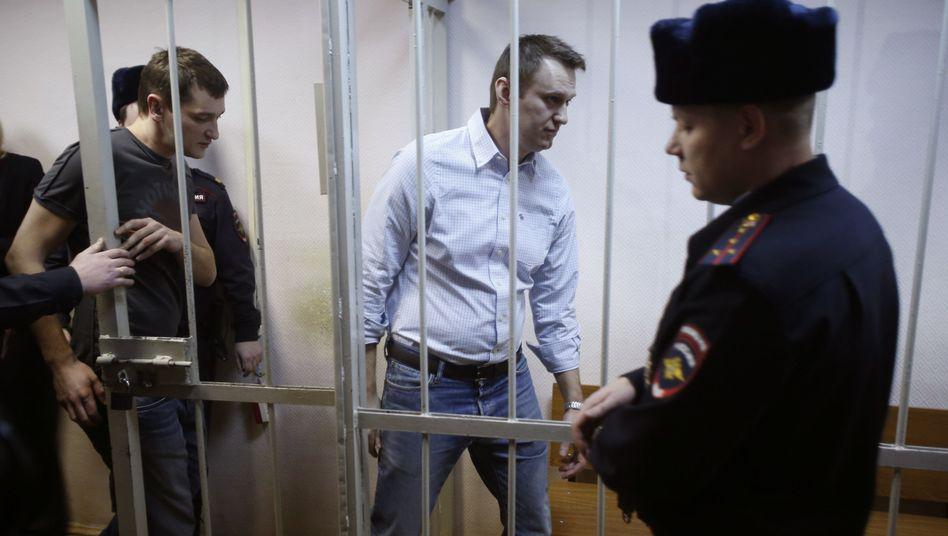 Russischer Oppositionsführer Nawalny (Mitte): Kreml-Kritiker schuldig gesprochen