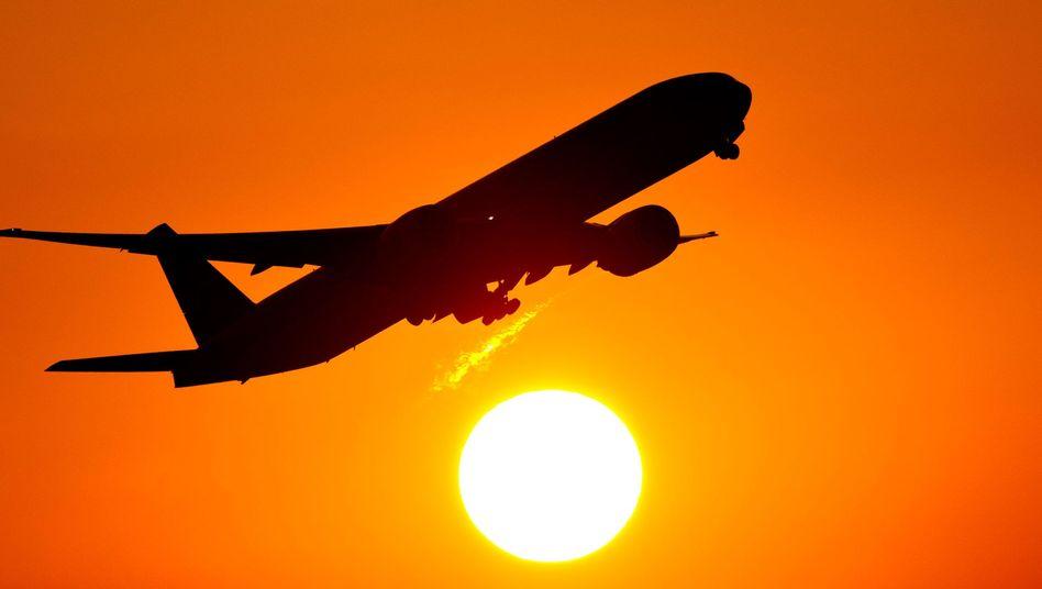 Fliegen soll sich nach dem Willen der Großen Koalition auf der Kurzstrecke im Vergleich zum Bahnfahren nicht mehr lohnen