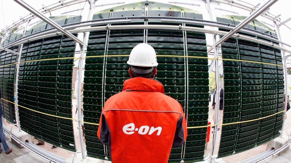 Eon-Mitarbeiter vor einer Mikroalgenanlage: Fast jeder zehnte Eon-Angestellte ist betroffen