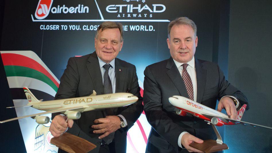 Bild aus besseren Zeiten: Etihad-Chef Hogan (r.) und der Ex-Chef von Air Berlin, Hartmut Mehdorn