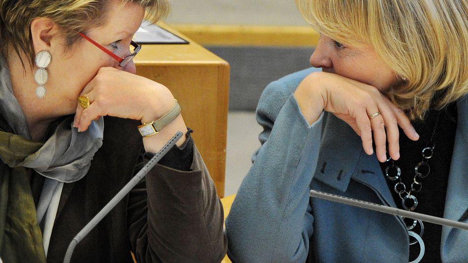 Schlappe vor Gericht: Nordrhein-Westfalens Ministerpräsidentin Hannelore Kraft (SPD, rechts) und Schulministerin Sylvia Löhrmann (Grüne).