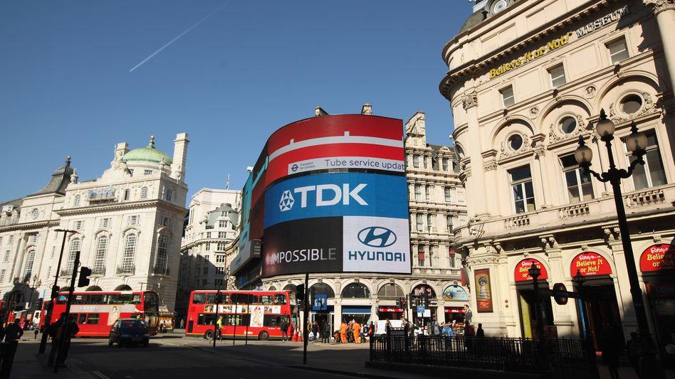 Gehören zu London wie volle U-Bahnen und überarbeitete Bank-Praktikanten: Werbebanner am Piccadilly Circus