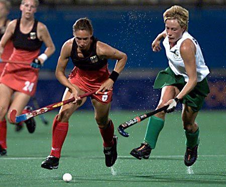 Hockeydame Inga Moeller (l.)