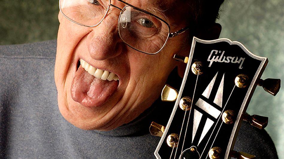 Gitarrist Les Paul mit Gibson-Instrument