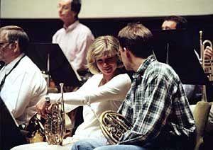Symphony Management Führungskräfte musizieren im Leipziger Gewandhaus bei ausgelassener Atmosphäre