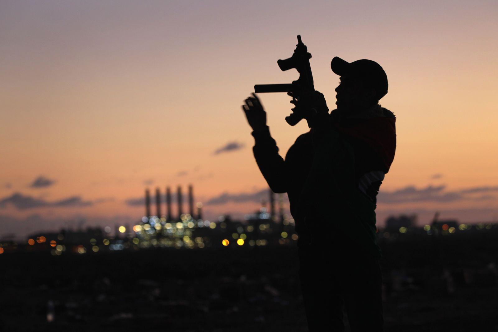 Rebell in Libyen vor Petroleum- / Öl-Anlagen