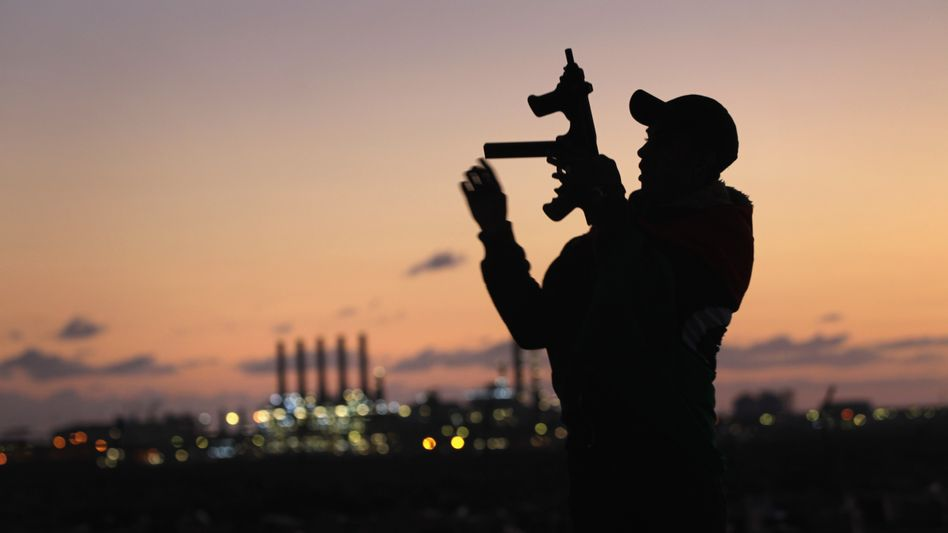 Libyscher Kämpfer vor Ölraffinerie in Ras Lanuf: Die Kämpfe in Libyen liefern Spekulanten ein Argument, um auf weiter steigende Ölpreise zu setzen