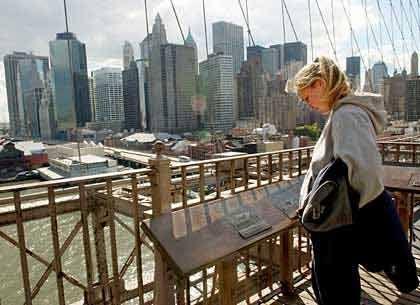 Platz 2, New York City: Im Finanz- und Medienzentrum der USA stehen 5445 Hochhäuser. Einige wie der Trump World Tower (2001, 262 Meter) sind jüngeren Datums, aber immerhin fünf der zehn höchsten Gebäude stammen aus den dreißiger Jahren. Die bekanntesten sind das Empire State Building (1931, 381 Meter) und das Chrysler-Gebäude (1930, 319 Meter). Das Bruttoinlandsprodukt New Yorks ist mit gut 500 Milliarden Dollar höher als das Russlands. Neben Finanzfirmen sind hier Medienkonzerne wie Time Warner und der Pharma-Gigant Pfizer beheimatet.