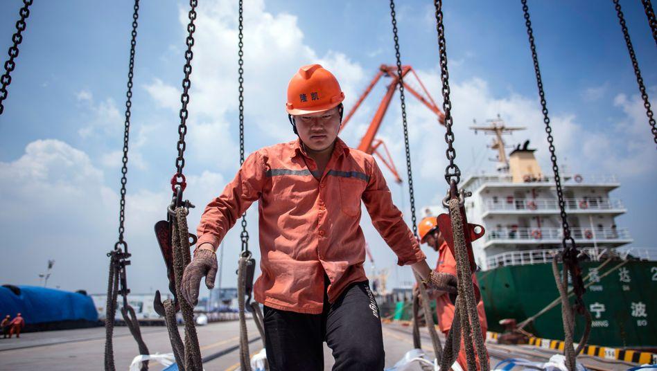 Hafenarbeiter in Zhangjiagang: Trump will China in die Knie zwingen - und riskiert dabei viel