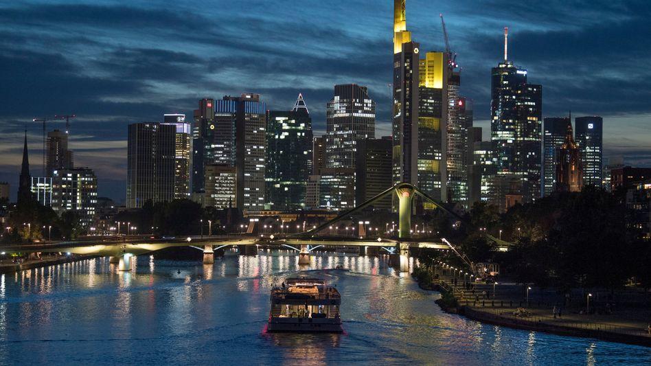 Frankfurter Skyline mit dem Main im Vordergrund (Archivaufnahme, September 2018)