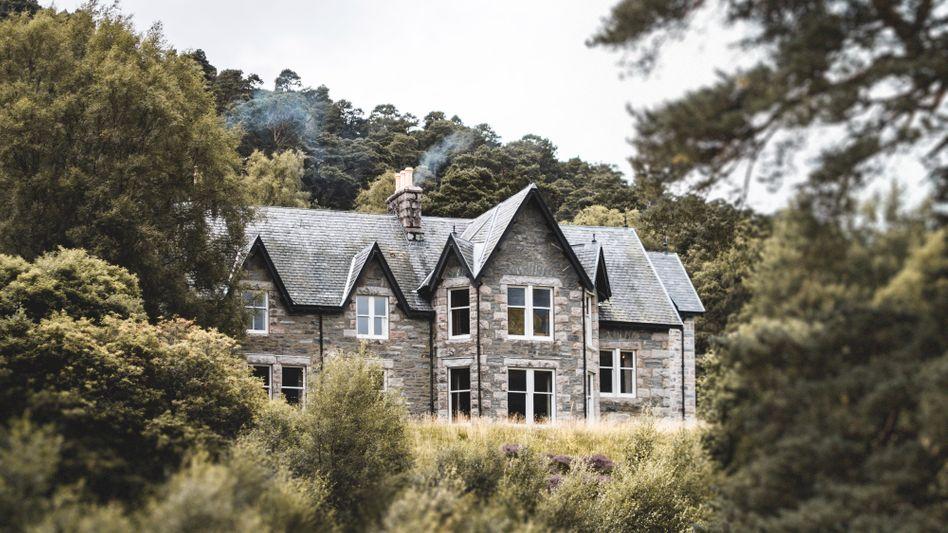 """Umgrüntes Luxusanwesen: Die Lodge """"Glenfeshie"""" im schottischen Nationalparkt Cairngorm gehört zum Reich von Anders Holch Povlsen"""