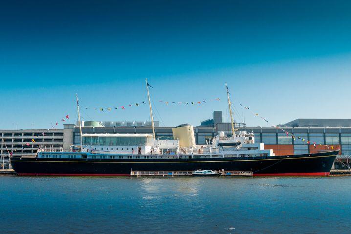 """Von 1953 bis 1997 brachte sie die königliche Familie in alle Welt - heute liegt die """"Britannia"""" als Attraktion für Touristen im Hafen von Leith bei Edinburgh."""