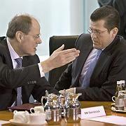 Hilfsprogramme, die kaum ankommen: Finanzminister Steinbrück (l.), Wirtschaftsminister Guttenberg