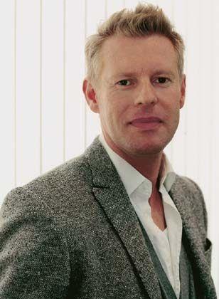 """Dirk Koeberle (36): Diplomkaufmann und Marketingleiter beim Herrenausstatter Wormland in Essen, pflegt einen Lebensstil, der auf Wertbeständigkeit und neue Erfahrungen baut. Der Freizeitruderer hat sich eingerichtet zwischen Designklassikern und sammelt Modefotografien. Am Handgelenk trägt er eine Rolex """"Explorer"""", und sein Auto ist ein Jeep. Er genießt die Gourmetküche der jungen Wilden, Rieslingweine junger Winzer, ins Büro fährt er S-Bahn zweiter Klasse. Er sagt von sich: """"Ich gehöre zu den typischen Hybrid-Kunden."""""""
