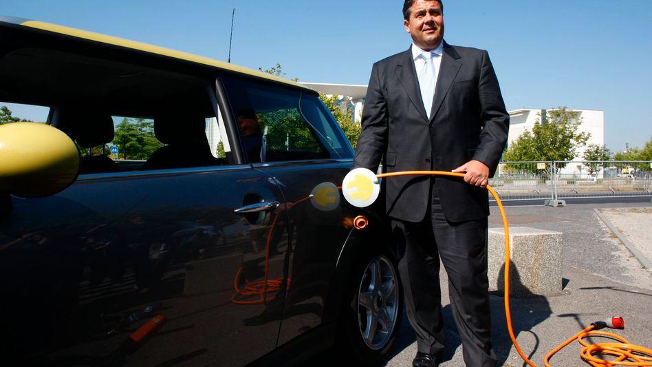 Einmal aufladen bitte: Bundeswirtschaftsminister Gabriel merkt, dass sich E-Autos allein mit Appellen und öffentlichkeitswirksamen Bekenntnissen nicht verkaufen lassen. Jetzt will der Minister für den Kauf eines Autos eine Prämie ausloben