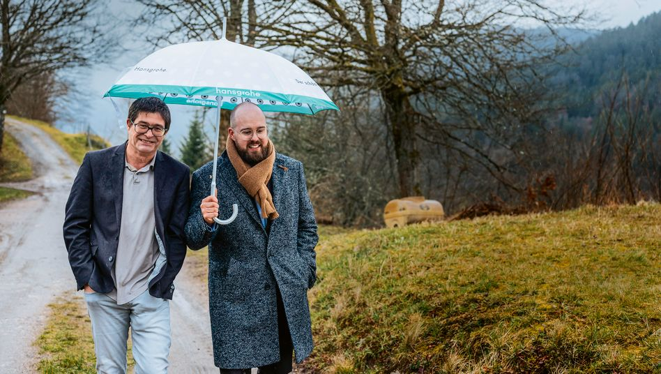 Beschirmt und verwurzelt: Richard (l.) und Jan Nikolas Grohe, die Leiter des Familienbetriebs Hansgrohe zu Hause in Schiltach in Baden-Württemberg.
